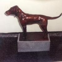 Hond in brons, beeld van hond, Atelierbreda, Iris Stolk, klei