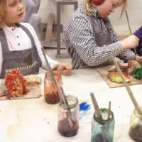 ecoline kleuren tijdens kinderfeest klei en gips