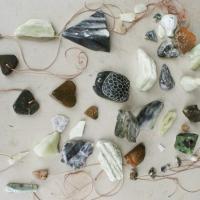 gemaakte hangertjes van steen kinderfeestje breda- haagse beemden