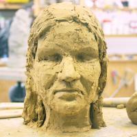 zelfportret in roodbakkende klei | Atelierbreda