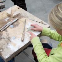 raspen en vijlen van speksteen tijdens de kinderactiviteit