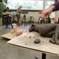 model boetseren naar liggend naakte vrouw | Atelierbreda