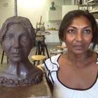 zelfportret in zwartbakkende klei | Atelierbreda
